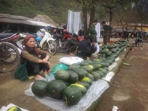 Dưa hấu được người dân bán lại tại khu vực cửa khẩu.