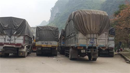Lực lượng chức năng tiến hành chặn xe để điều tiết dần vào khu vực cửa khẩu.