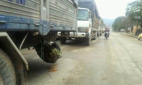 Do phải chờ đợi nhiều ngày nên các lái xe tải mắc võng nằm ngủ tạm dưới gầm xe để trông hàng.