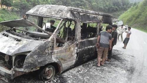 Chiếc xe chỉ còn trơ lại khung sắt sau vụ cháy.