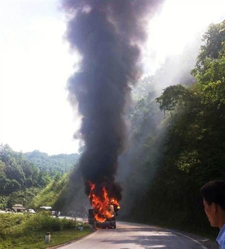 Chiếc xe bốc cháy ngùn ngụt