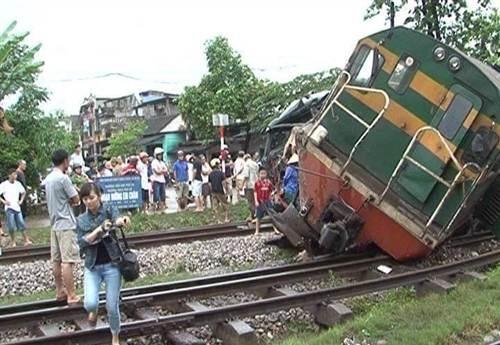 Hiện trường vụ tai nạn nghiêm trọng giữa tàu hỏa với xe tải.