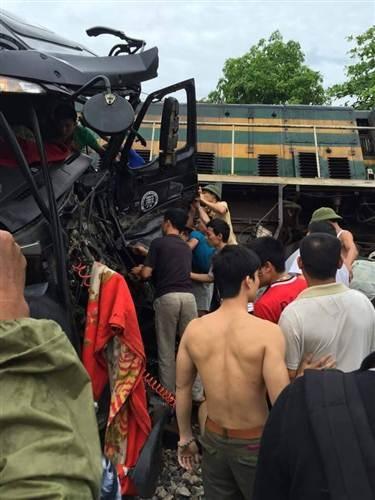Các lực lượng chức năng đang tiến hành khắc phục sự cố, giải phóng hiện trường vụ tai nạn.