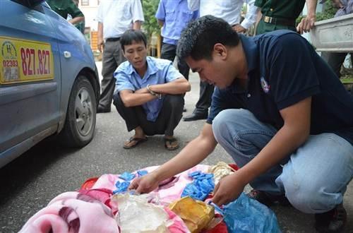 Đối tượng Trần Văn Cường cùng tang vật 6.000 viên ma túy tổng hợp.