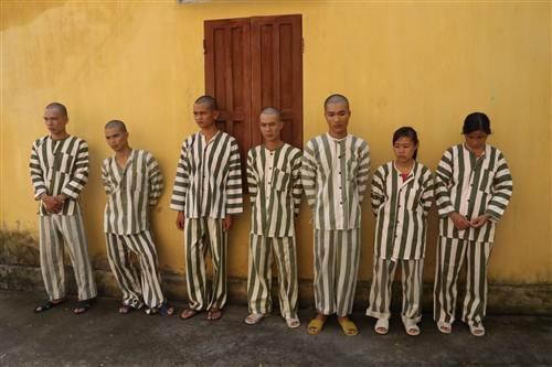 Nhóm 7 đối tượng đánh bạc bị lực lượng chức năng bắt giữ.