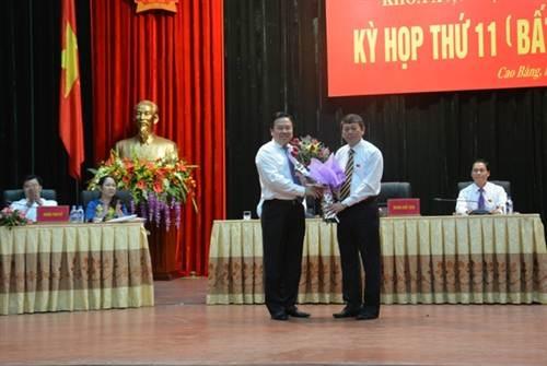 Ông Nguyễn Hoàng Anh, Bí thư Tỉnh ủy Cao Bằng tặng hoa chúc mừng tân Chủ tịch UBND tỉnh Cao Bằng.
