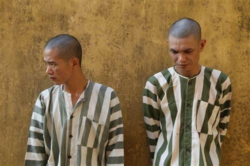 Hai cậu cháu Nguyễn Văn Giúp và Nguyễn Văn Thị tại cơ quan điều tra.