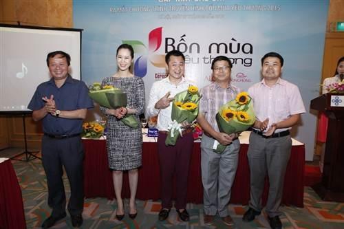 Diễn viên Tự Long (giữa) đảm nhận vai trò MC chương trình
