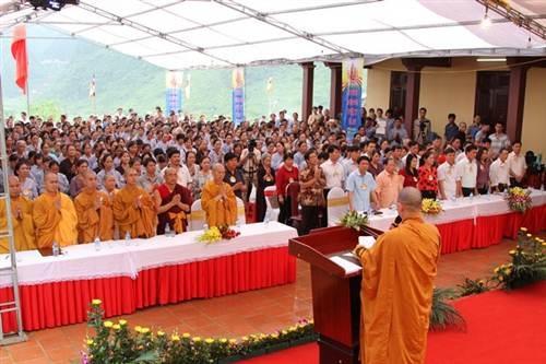 Đại lễ Phật đản tại ngôi chùa bên dòng thác Bản Giốc thu hút hàng nghìn người tham dự.