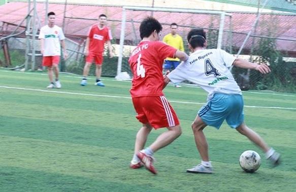 Cầu thủ 2 đội luôn thi đấu hết mình trên sân bóng.