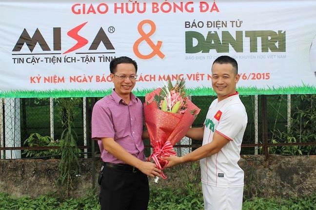 Lãnh đạo Cty MISA tặng hoa chúc mừng nhà báo Bảo Trung, Phó chủ tịch Cômg đoàn báo Dân trí.