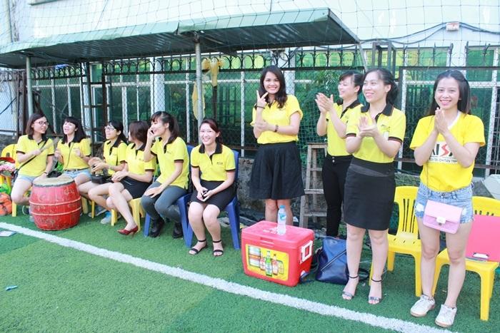 Khán giả, cổ động viên thì luôn cổ vũ hết mình cho 2 đội từ bên ngoài sân cỏ nhân tạo.