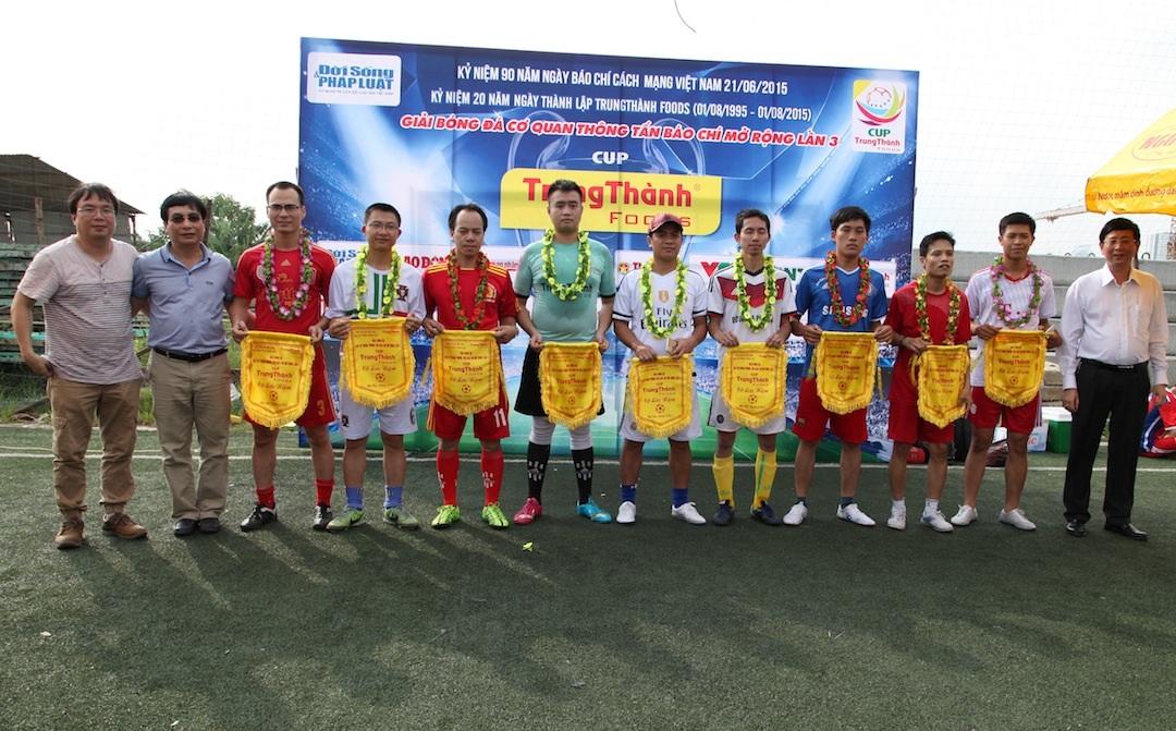FC Dân trí tại buổi ra quân tại cúp bóng đá Trung Thành.