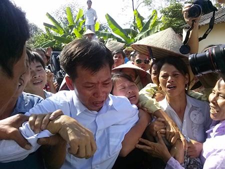 Giây phút ông Nguyễn Thanh Chấn được trả tự do sau 10 năm ngồi tù oan.
