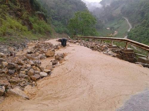 Hố tử thần xuất hiện trên Quốc lộ 4D chia cắt hoàn toàn giữa Lai Châu và Lào Cai.