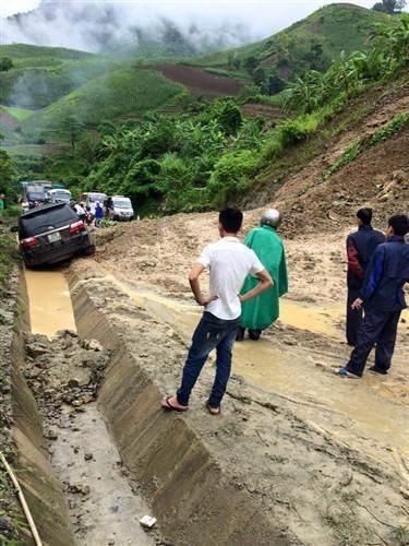 Quốc lộ 4D bị chia cắt khiến các phương tiện không thể lưu thông từ Lai Châu sang Điện Biên.