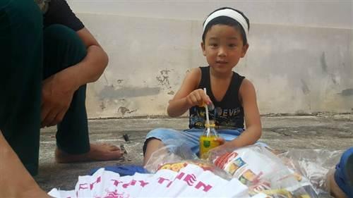 Sự hồn nhiên của cháu bé Nguyễn Hàn Thái Tú tại phiên tòa khiến cho nhiều người rưng rưng nước mắt.