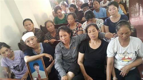 Gia đình bị hại tại phiên tòa xét xử các bị cáo.