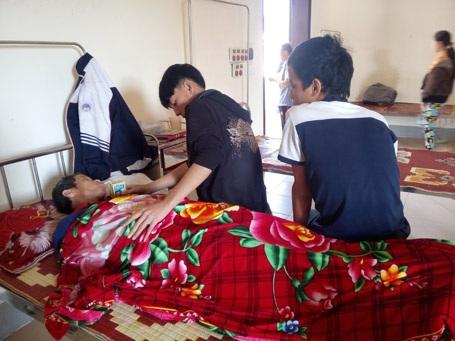 Cuối tuần, Nhân và em trai phải bỏ học chăm sóc bố tại Bệnh viện tâm thần tỉnh Hà Tĩnh
