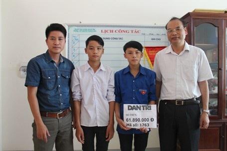 PV Dân trí cùng lãnh đạo trường THPT Bích Châu trao số tiền 61.890.000 đồng cho em Nhân