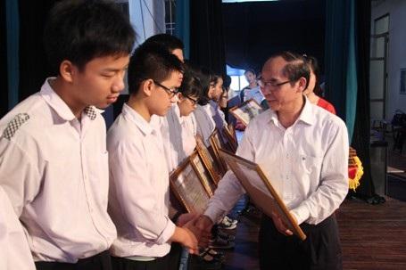 Khen thưởng các em học sinh đoạt học sinh giỏi cấp quốc gia