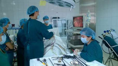 E kíp đang thực hiện ca phẫu thuật cắt thận bằng phương pháp nội soi