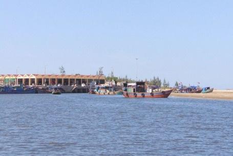 Các thuyền viên và chiếc tàu gặp nạn đã được đưa vào cảng Cửa Sót an toàn