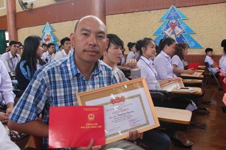 Anh XayXong vui mừng vì sau kết thúc khóa học anh đạt kết quả loại giỏi