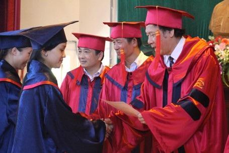 Trao bằng tốt nghiệp cho các sinh viên