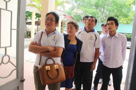 Nhiều phụ huynh của các em lưu học sinh Lào cũng đã có mặt để chúc mừng cho các con