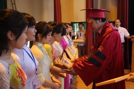 Nhà trường trao bằng khen cho các sinh viên dành nhiều thành tích trong học tập.