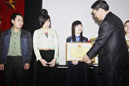 Thứ trưởng, Phó Chủ nhiệm Ủy ban Dân tộc Hoàng Xuân Lương trao Bằng khen