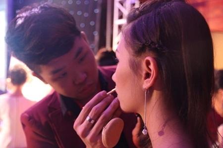 Thái Thành trang điểm cho người mẫu trong Cuộc thi Đẹp cùng cây cọ vàng.