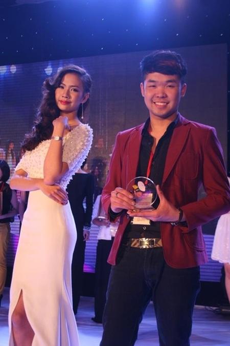 Thái Thành và người mẫu của mình nhận giảiTriển vọngCây cọ vàng.