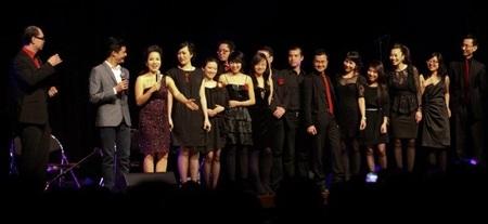 Hồng Quân (thứ 4 từ trái qua) trong buổi biểu diễn nhạc thính phòng