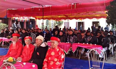 Dân làngĐại Từ tham dự buổi lễ.