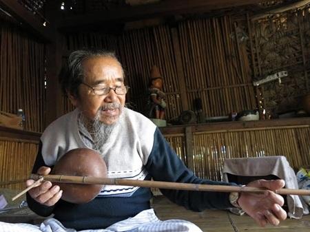 Già làng Y Kông biểu diễn đàn Tơbhéh kể chuyện yêu của người Cơ Tu.