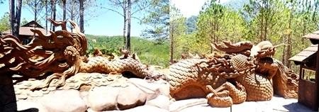 Toàn bộ cụm công trình được bao bọc bởi chiếc ghế rồng Việt.