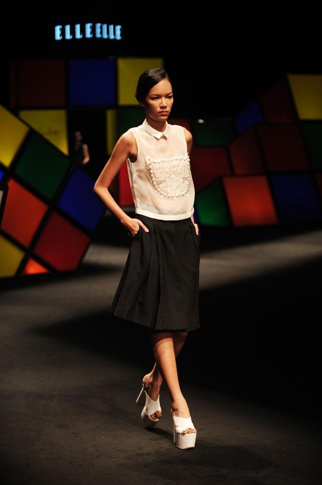 Lê Thúy tự tin trình diễn một mẫu váy nữ tính