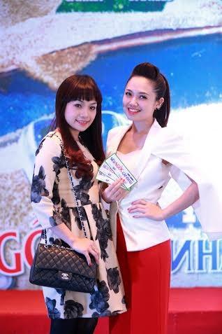 Nữ giảng viên thanh nhạc ĐH Văn hóa chụp hình cùng MC Ngọc Trang