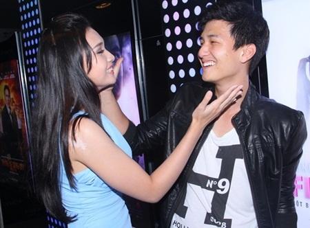 Huỳnh Anh và Hồng Ân thân thiết trong buổi ra mắt phim The first touch.