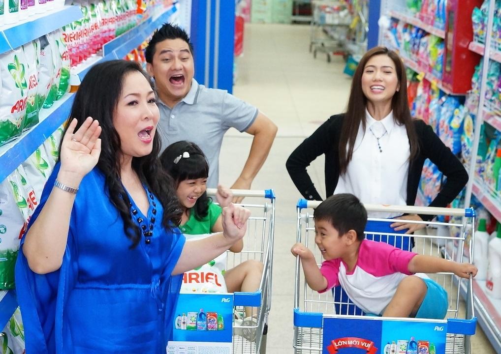 May mắn gặp đàn chị Hồng Vân, cả nhà Anh Vũ nhanh chóng giải quyết vấn đề mua sắm trong tíc tắc