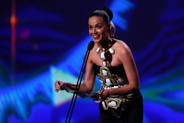 Cô giới thiệu 1 giải thưởng tại lễ trao giải uy tín này.