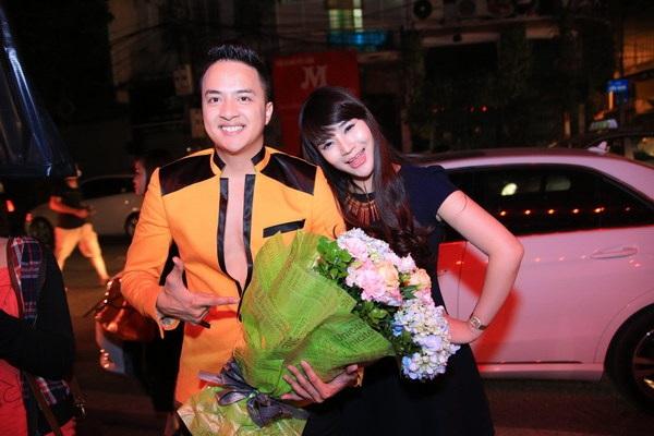 Bảo Phương mang hoa tới chúc mừng buổi diễn của Cao Thái Sơn