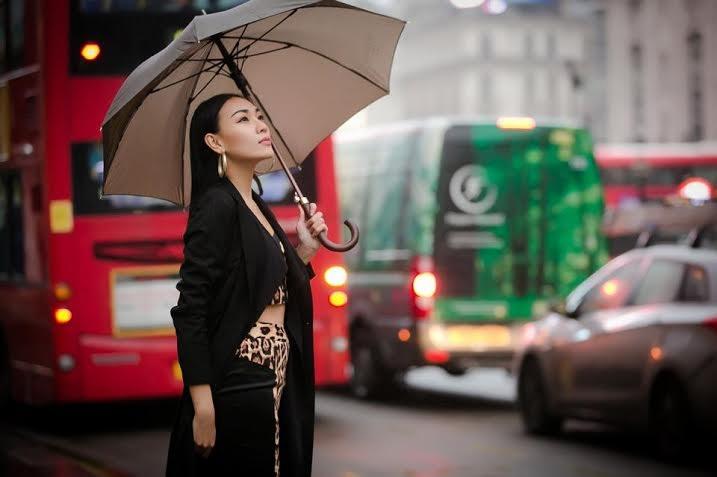 Trong bộ đồ crop – top họa tiết da báo và áo khoác dài Diệu Huyền