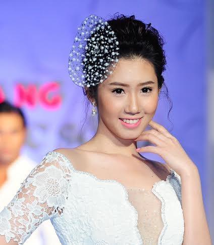 Các người mẫu trình diễn trang phục thời trang kết hợp trang sức ngọc trai Ngọc Hiền