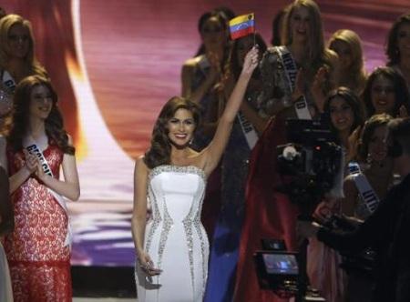 Miss Universe 2013Gabriela Isler xuất hiện trên sân khấu và nói lời chào khán giả