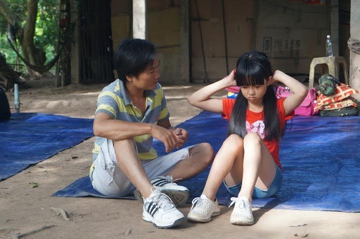 Nữ diễn viên háo hức khi cùng cha kề vai chiến đấu