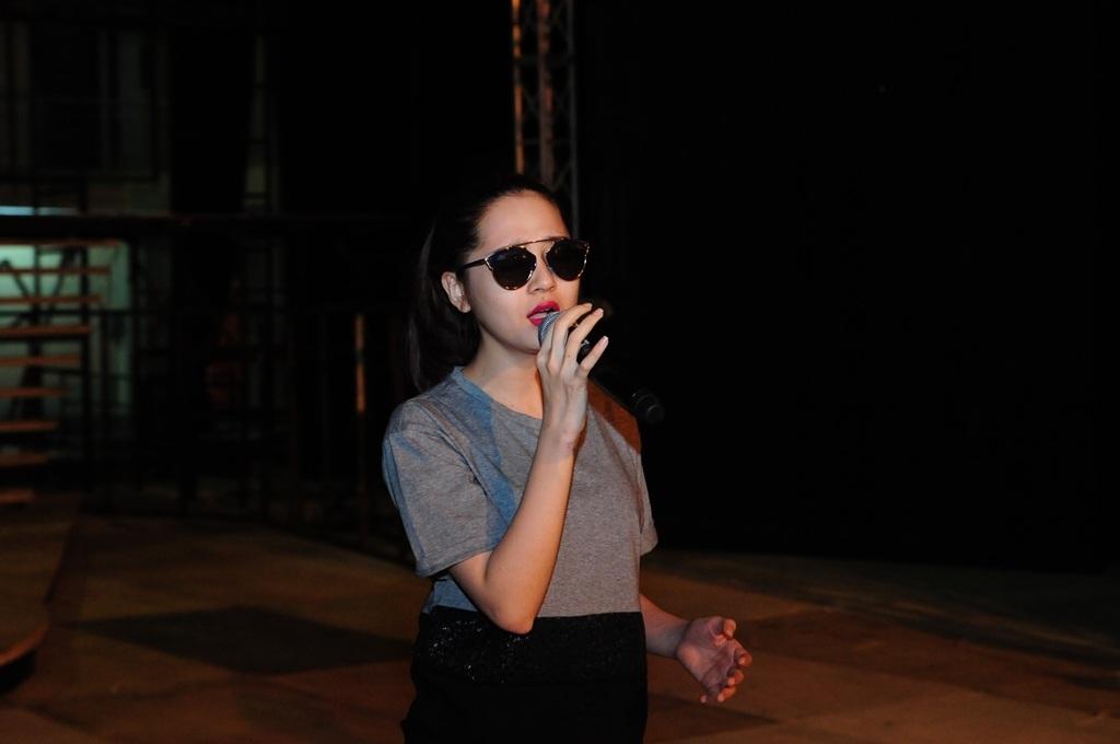 Bảo Anh sành điệu với kính đen