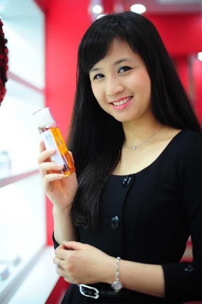 Hoa hậu Ngọc Hân cũng diễn viên Vi Cầm tự tin khoe mặt mộc đi thử mỹ phẩm Nhật Bản cao cấp